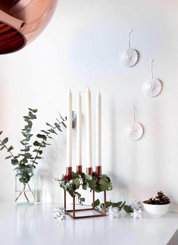adventsstake pyntet med eucalyptus