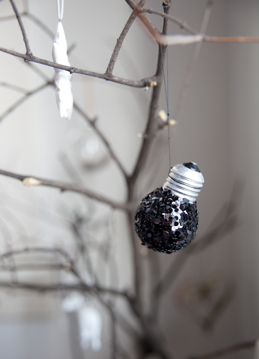 lim paljetter på en lyspære og lag en juletrekule