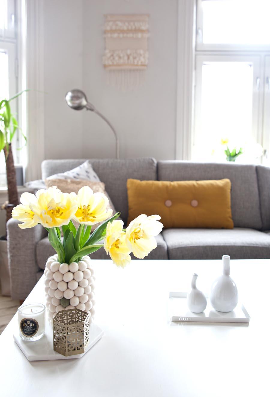 stue med gule detaljer