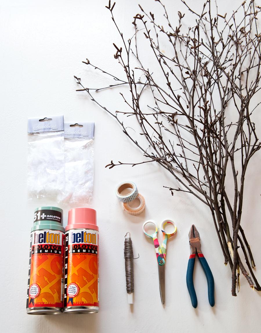 DIY fastelavnsris spraymalte fjær utstyr