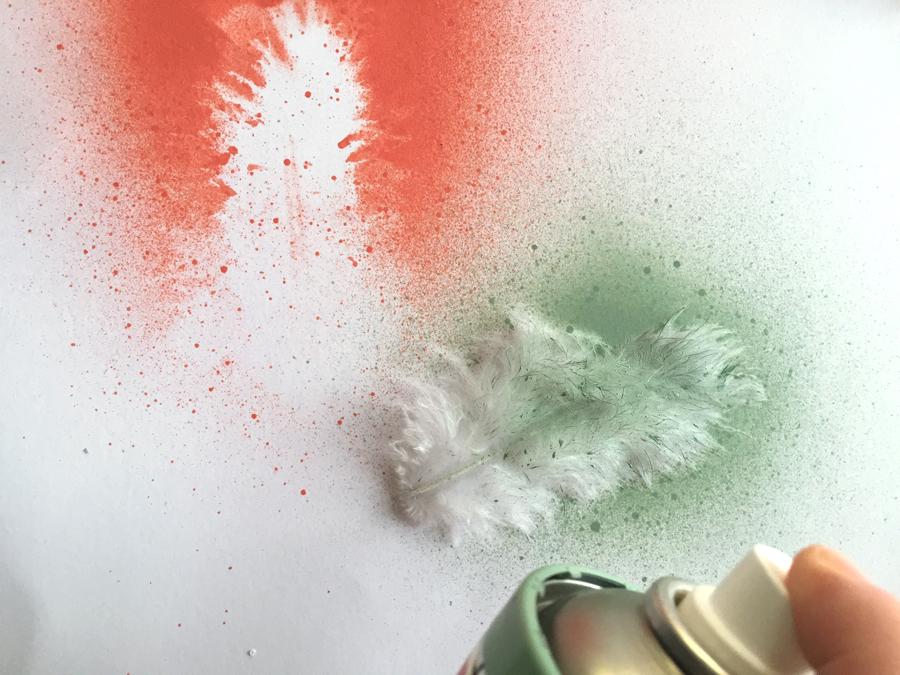 DIY fastelavnsris spraymalte fjær