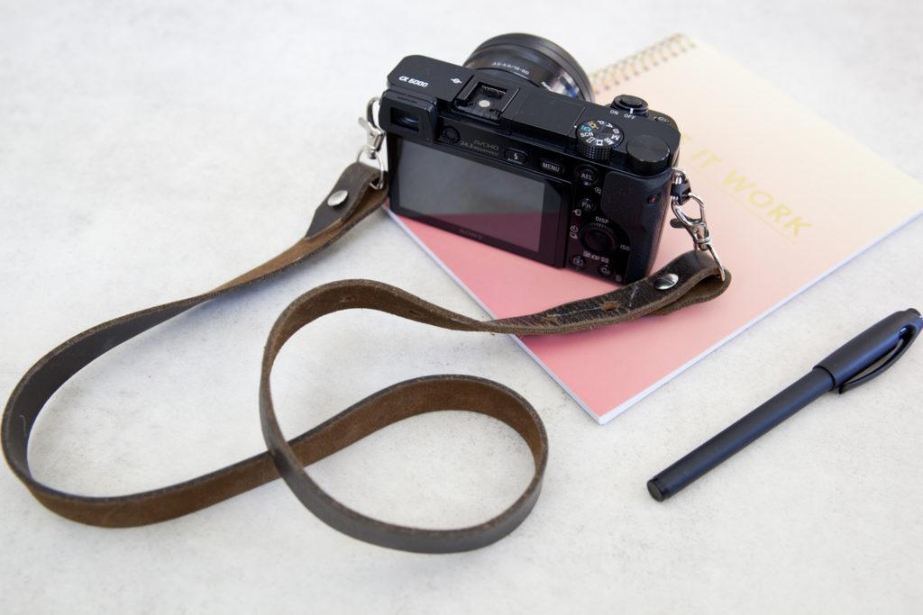 DIY kamerastropp laget av gammelt belte