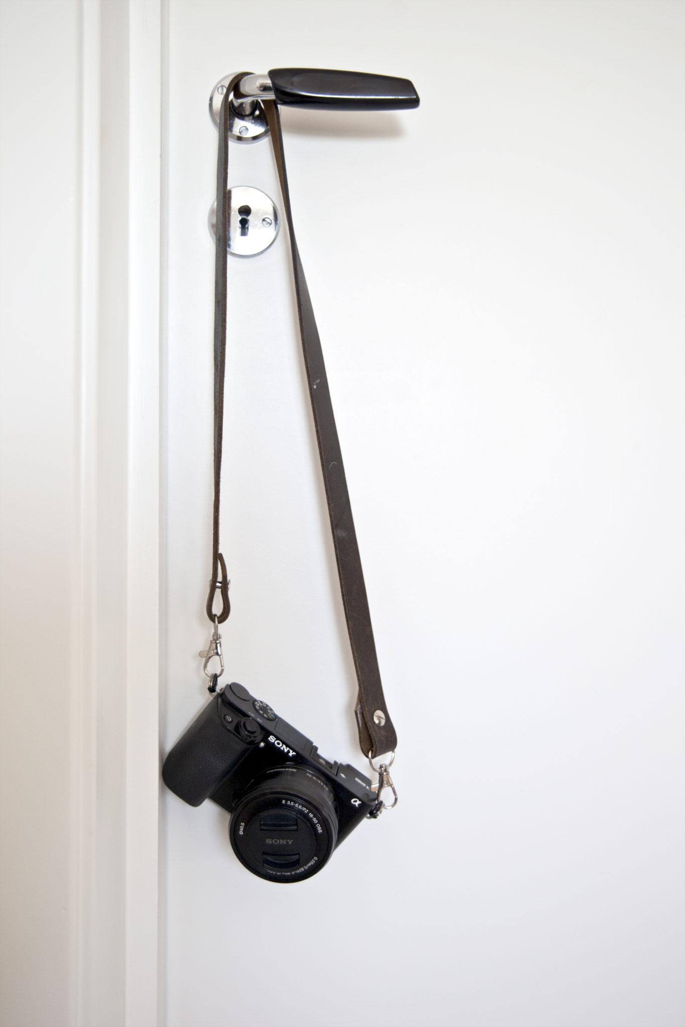 DIY kamerastropp laget av gammelt belte ferdig