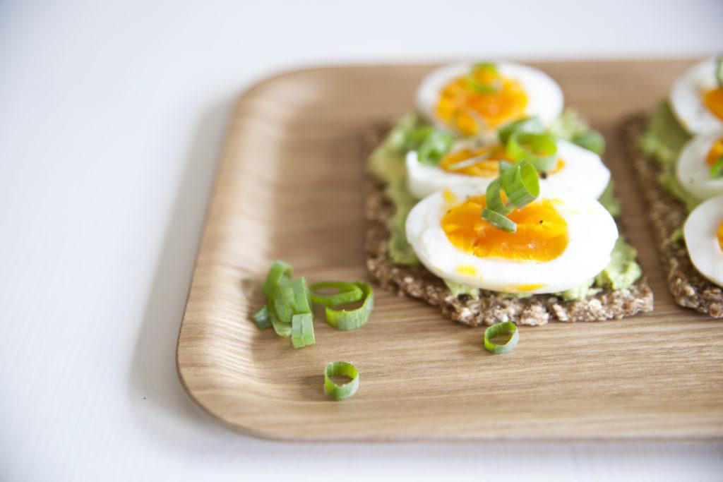knekkebrød med avocado egg og vårløk