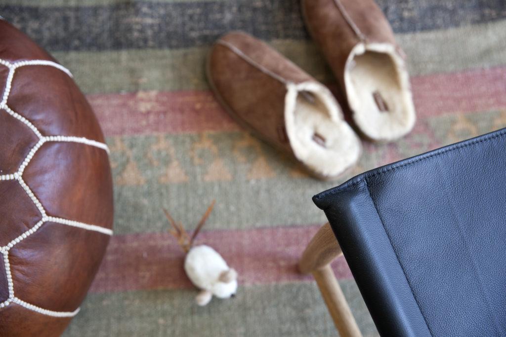 puff og tøfler på stuegulv