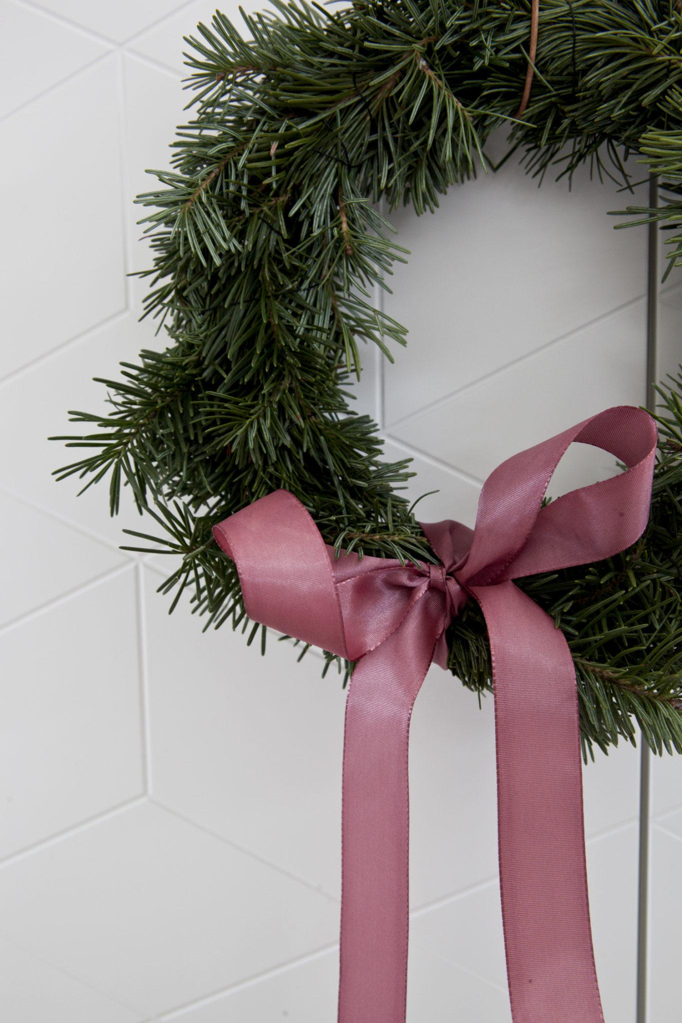 julekrans med granbar og sløyfe