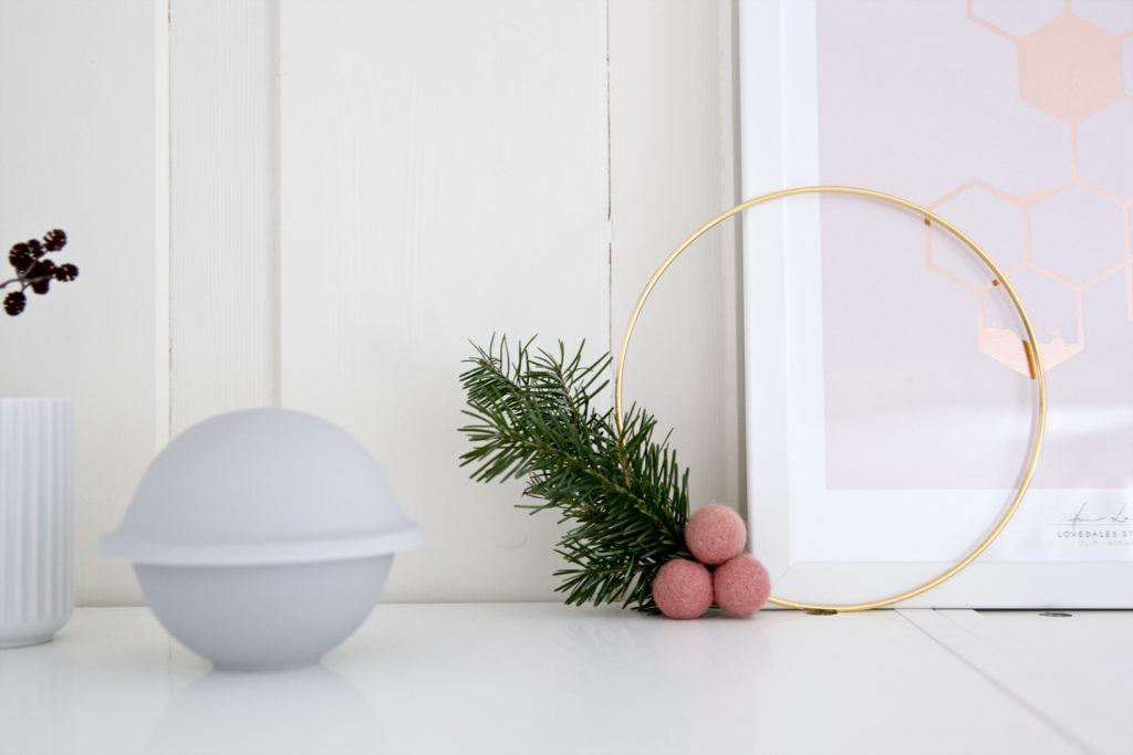 julekrans og pynt på skap
