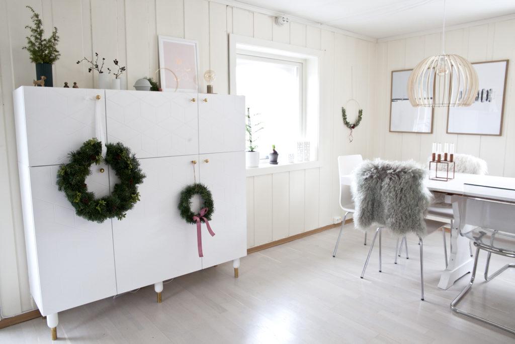 julekranser på skap i stue