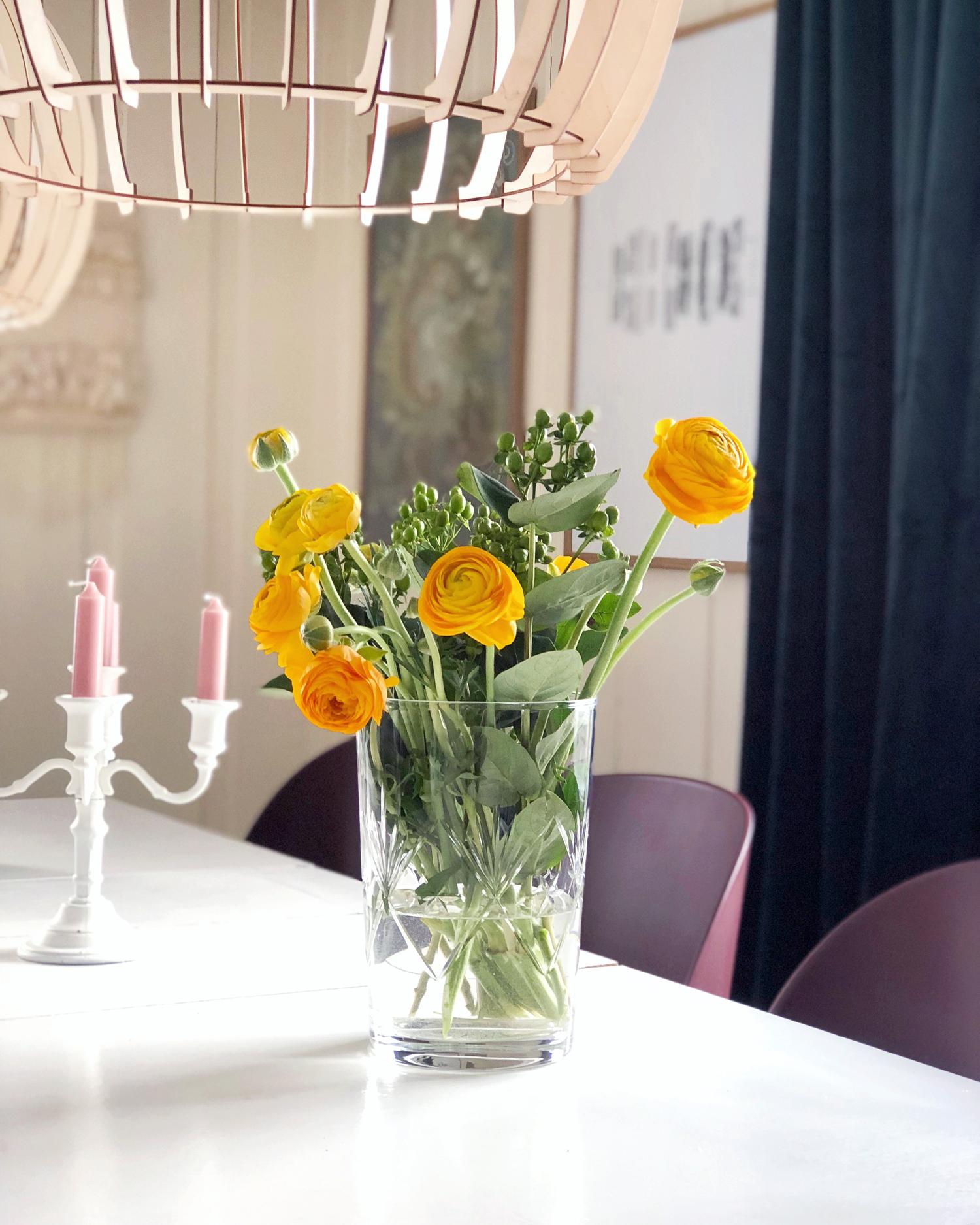 ranunkler på spisebord interiør kreativitetblogg