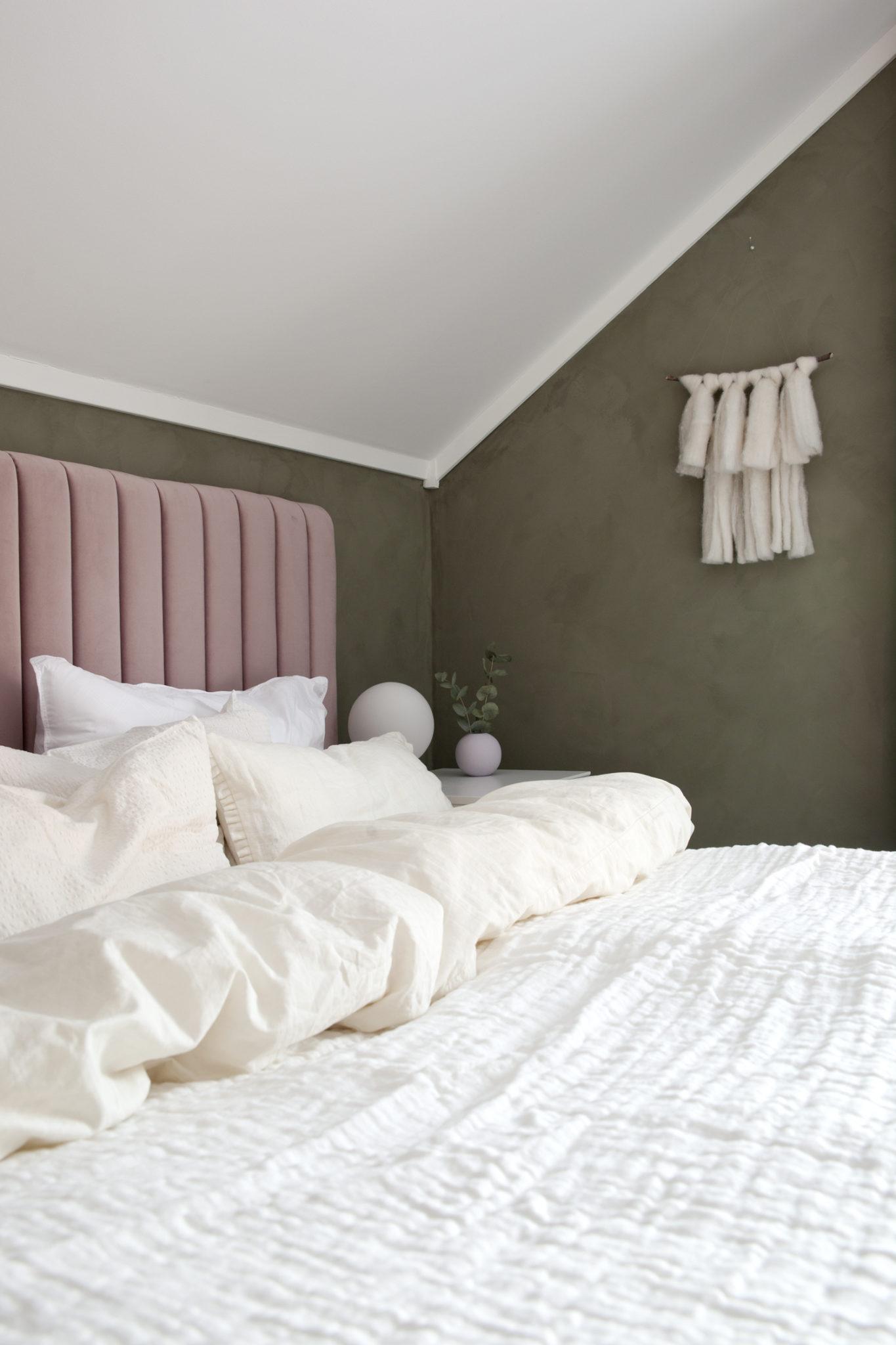 soverom med sengegavl